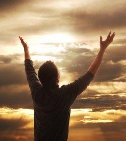 wzniesione ręce do boga